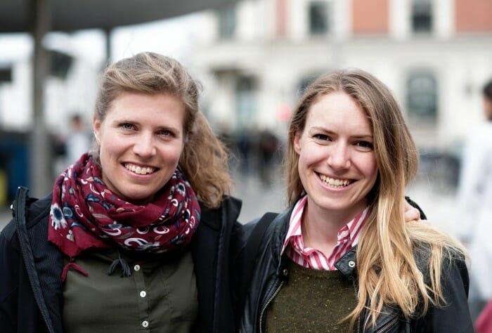 Sarah Steinitz (tv) og Tine Tolstrup portræt taget på Nørreport Station