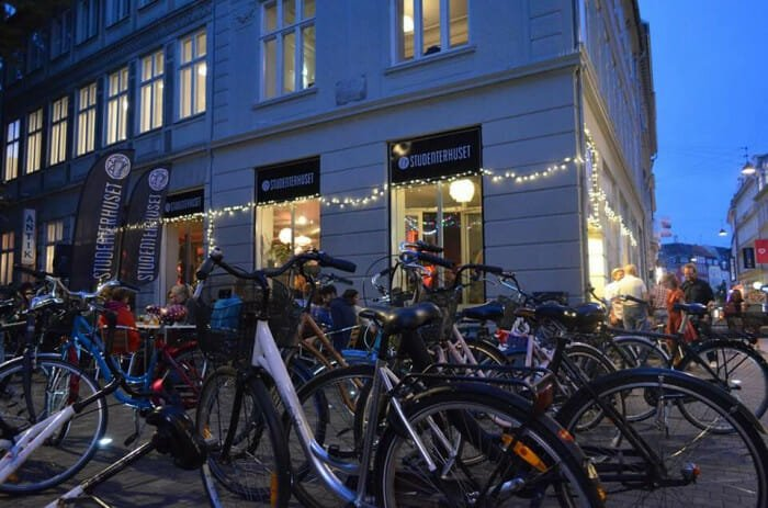 Billede af cykler uden for studenterhuset. Studerende kan nyde god og billig kaffe inden for